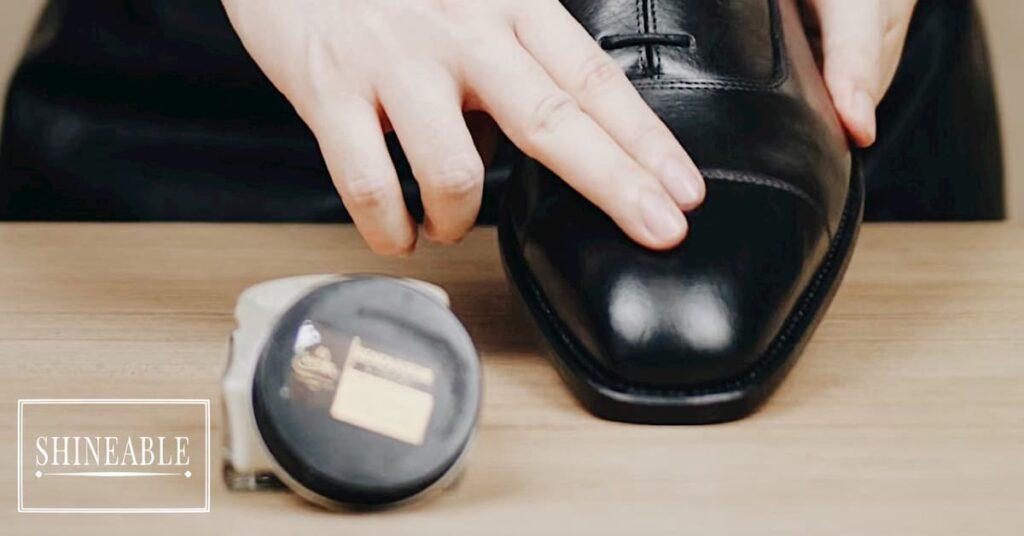 แก้ไขปัญหารองเท้าหนังแห้งและแตกด้วยการลงครีมบำรุงหนัง